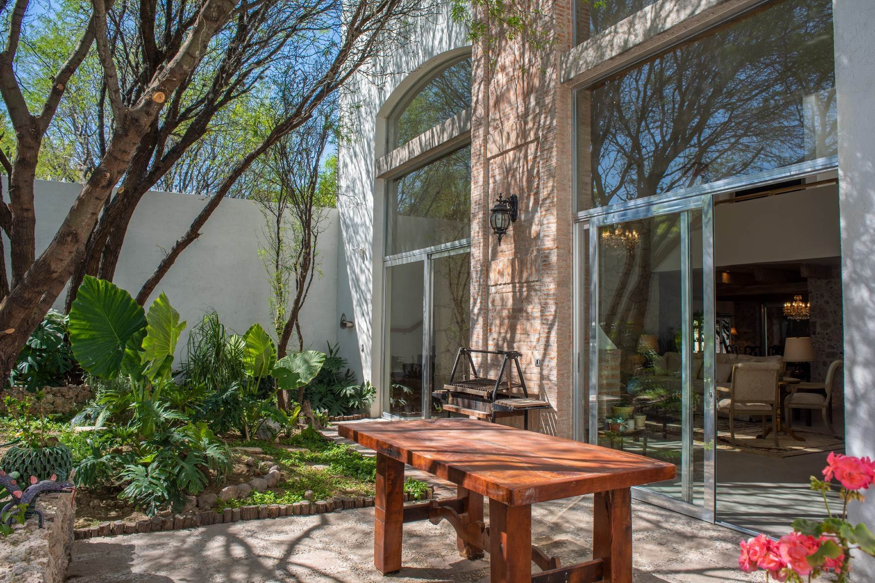 37. Single Family Homes for Sale at Casa Atardeceres Calle de la Presa 6 San Miguel De Allende, Guanajuato 37700 Mexico