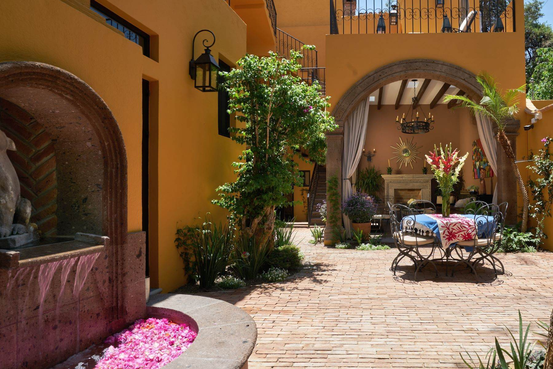 3. Single Family Homes for Sale at Casa Escuela Bilingue Cerrada de Zacateros 5 San Miguel De Allende, Guanajuato 37700 Mexico