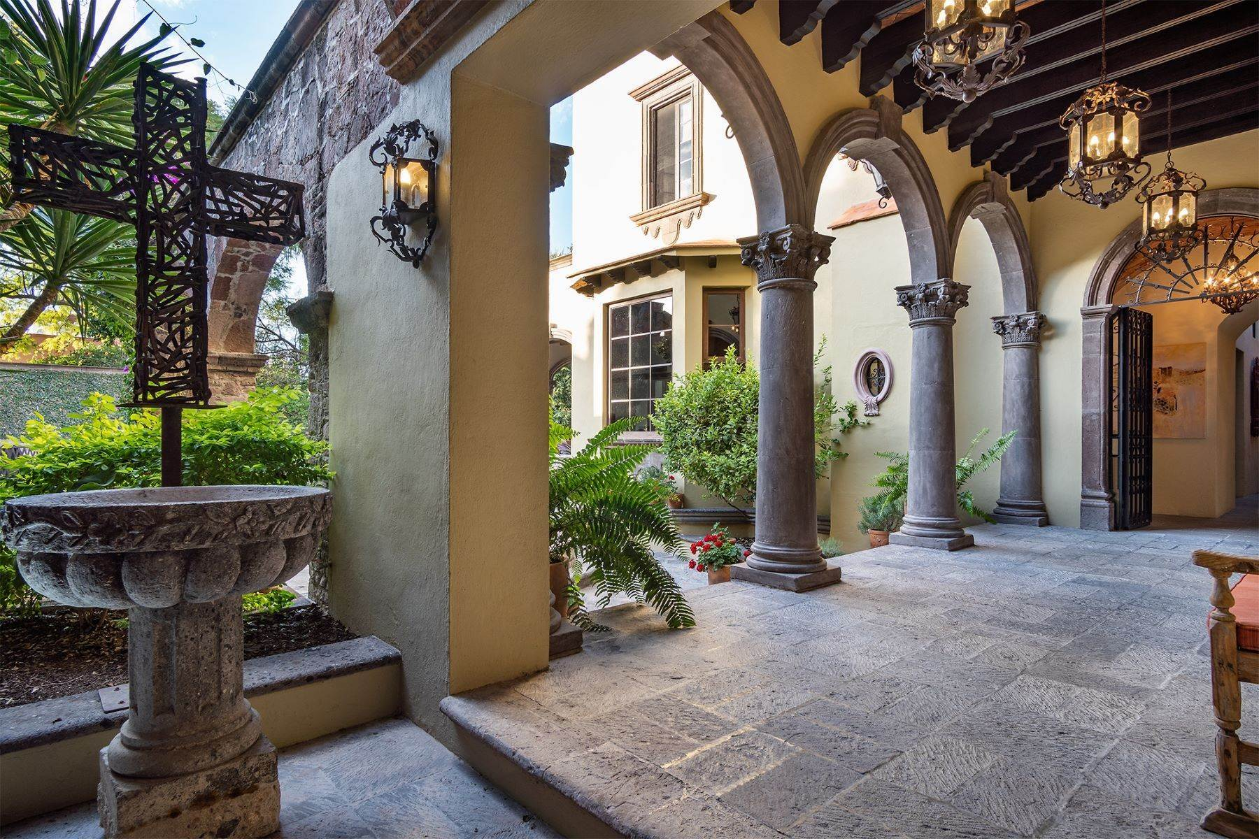 14. Single Family Homes for Sale at Casa William Gracia 9 San Miguel De Allende, Guanajuato 37700 Mexico